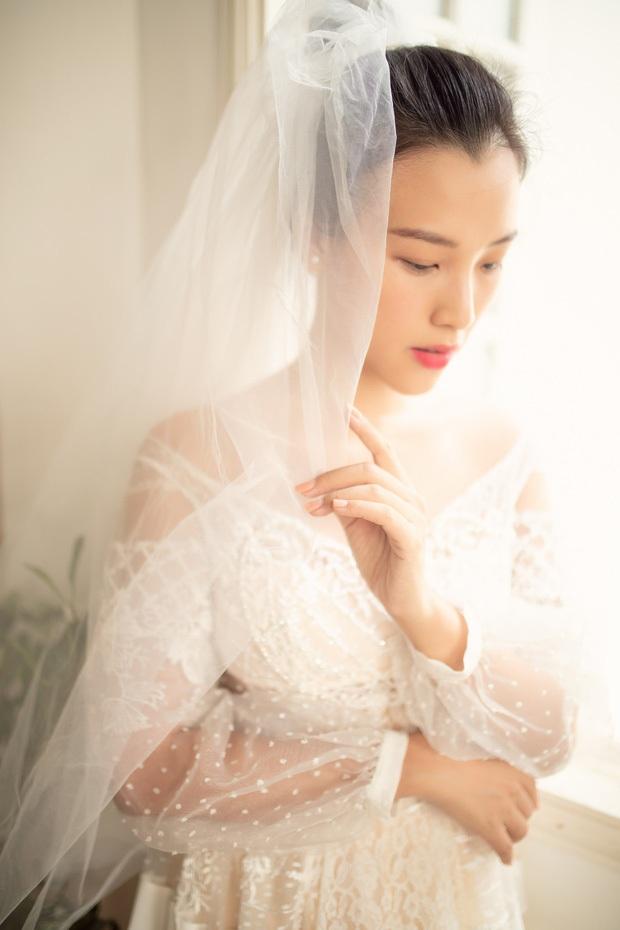 MC Hoàng Oanh khoe thêm ảnh cưới nhắc nhớ màn cầu hôn cực lãng mạn, bối cảnh đẹp tựa truyện cổ tích! - Ảnh 2.