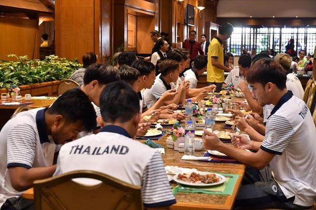 Chủ nhà SEA Games chi cả triệu USD làm đài lửa nhưng chỉ cấp cho VĐV 2 chai nước mỗi ngày: U22 Thái Lan phải tự đi mua nước, tự chuẩn bị thêm đồ ăn vì thực đơn ngày nào cũng giống nhau - Ảnh 6.