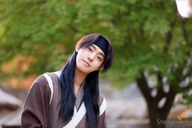 Khoảnh khắc đẹp mê của mĩ nam AAA ăn bún bò Ahn Hyo Seop: Cười lên cưng xỉu, cởi áo khiến chị em mất máu - Ảnh 6.