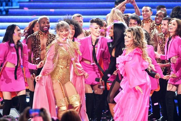 Những sân khấu đáng chú ý của AMAs 2019: Taylor Swift quyền lực, Selena Gomez mờ nhạt, Lizzo lăn ra... khóc trên sân khấu! - Ảnh 20.