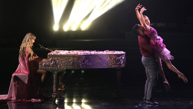 Từ chiếc áo cho đến cây đàn piano khắc chữ tinh xảo, Taylor Swift đều gửi gắm thông điệp kêu gào cho số phận 6 album cũ tại AMAs 2019? - Ảnh 7.