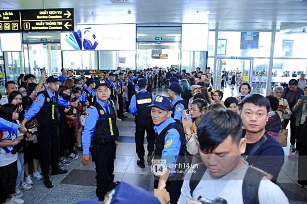 Quân đoàn sao dự AAA đổ bộ Nội Bài sáng nay: Yoona và Jang Dong Gun đẳng cấp, em trai BTS, GOT7 kẹt cứng giữa biển fan - Ảnh 42.