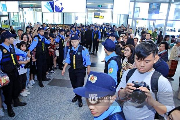 Quân đoàn sao dự AAA đổ bộ Nội Bài sáng nay: Yoona và Jang Dong Gun đẳng cấp, em trai BTS, GOT7 kẹt cứng giữa biển fan - Ảnh 44.
