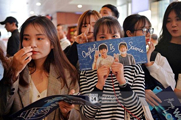 Quân đoàn sao dự AAA đổ bộ Nội Bài sáng nay: Yoona và Jang Dong Gun đẳng cấp, em trai BTS, GOT7 kẹt cứng giữa biển fan - Ảnh 47.
