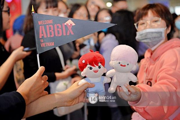 Quân đoàn sao dự AAA đổ bộ Nội Bài sáng nay: Yoona và Jang Dong Gun đẳng cấp, em trai BTS, GOT7 kẹt cứng giữa biển fan - Ảnh 50.