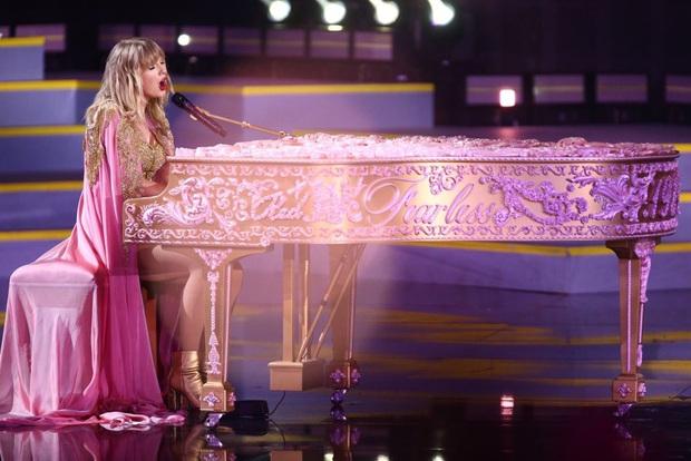 Taylor Swift diễn medley loạt hit lớn trong sự nghiệp, mở đầu bằng The Man, tiện thể rủ Camila và Halsey lập girlgroup dằn mặt Scooter Braun? - Ảnh 12.