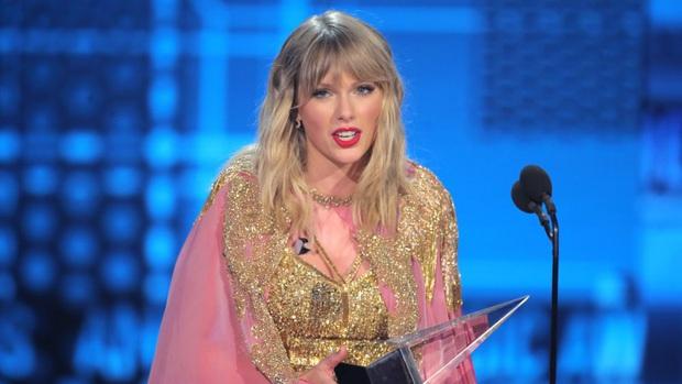 2 màn all-kill xuất sắc: Taylor Swift thắng 6 giải, BTS là nghệ sĩ Châu Á đầu tiên và duy nhất thắng 3 giải tại AMAs 2019 - Ảnh 1.