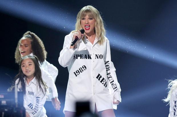 Những sân khấu đáng chú ý của AMAs 2019: Taylor Swift quyền lực, Selena Gomez mờ nhạt, Lizzo lăn ra... khóc trên sân khấu! - Ảnh 13.
