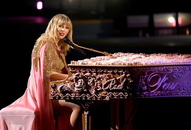 Từ chiếc áo cho đến cây đàn piano khắc chữ tinh xảo, Taylor Swift đều gửi gắm thông điệp kêu gào cho số phận 6 album cũ tại AMAs 2019? - Ảnh 8.