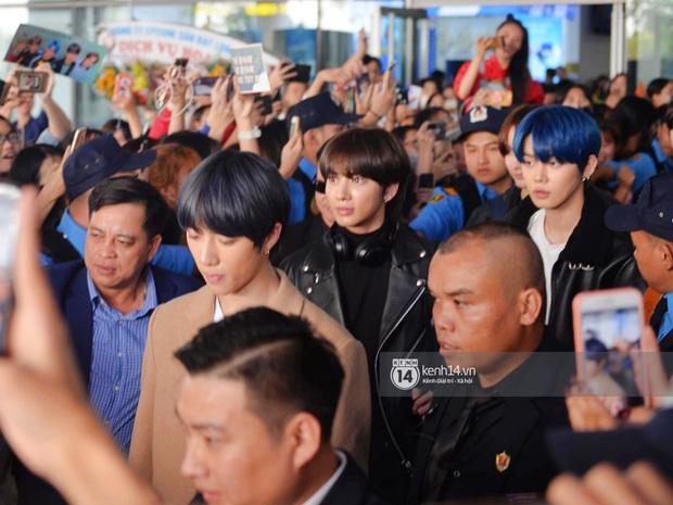 Quân đoàn sao dự AAA đổ bộ Nội Bài sáng nay: Yoona và Jang Dong Gun đẳng cấp, em trai BTS, GOT7 kẹt cứng giữa biển fan - Ảnh 4.