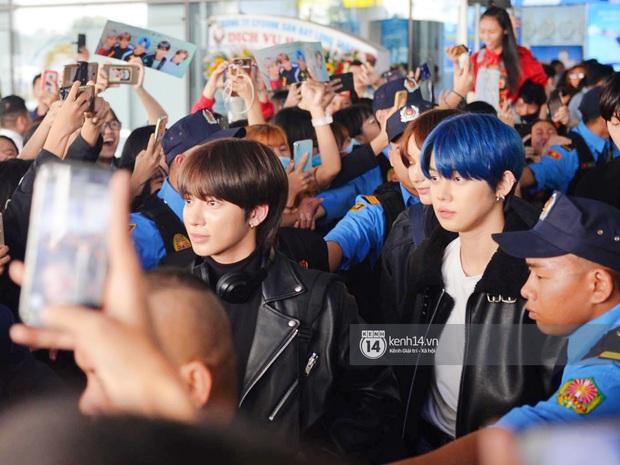 Quân đoàn sao dự AAA đổ bộ Nội Bài sáng nay: Yoona và Jang Dong Gun đẳng cấp, em trai BTS, GOT7 kẹt cứng giữa biển fan - Ảnh 5.