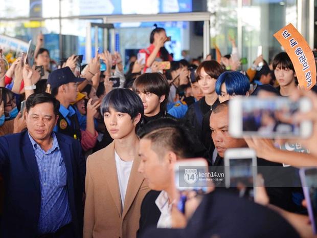 Quân đoàn sao dự AAA đổ bộ Nội Bài sáng nay: Yoona và Jang Dong Gun đẳng cấp, em trai BTS, GOT7 kẹt cứng giữa biển fan - Ảnh 6.