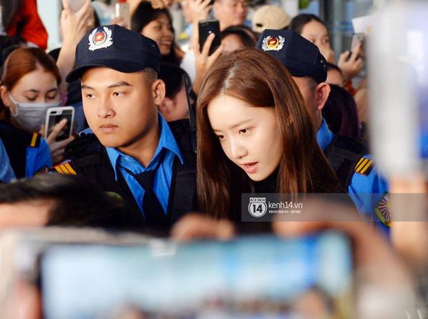 Quân đoàn sao dự AAA đổ bộ Nội Bài sáng nay: Yoona và Jang Dong Gun đẳng cấp, em trai BTS, GOT7 kẹt cứng giữa biển fan - Ảnh 21.
