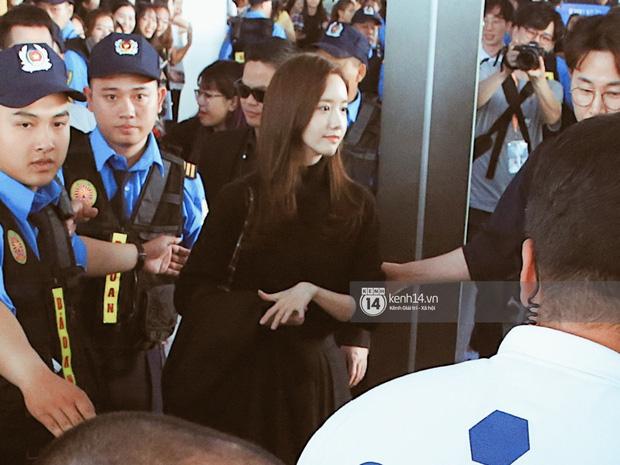 Quân đoàn sao dự AAA đổ bộ Nội Bài sáng nay: Yoona và Jang Dong Gun đẳng cấp, em trai BTS, GOT7 kẹt cứng giữa biển fan - Ảnh 23.
