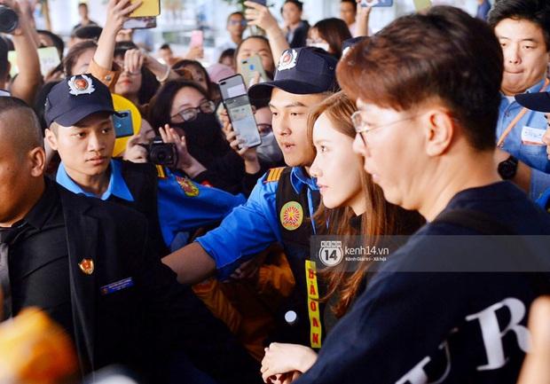 Quân đoàn sao dự AAA đổ bộ Nội Bài sáng nay: Yoona và Jang Dong Gun đẳng cấp, em trai BTS, GOT7 kẹt cứng giữa biển fan - Ảnh 20.