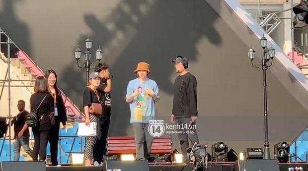 """Vừa đến Hà Nội, quản lý rapper Zico đã xếp hàng đi mua trà sữa và xoài, fan nhao nhao: """"Để em mua cho Zico anh ơi!"""" - Ảnh 5."""