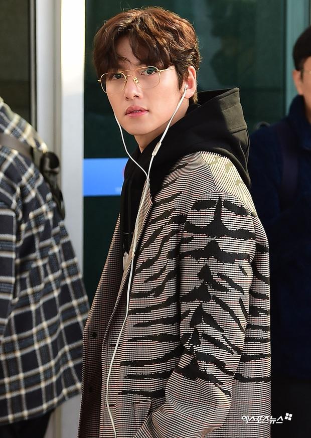 Đối lập sân bay Hàn sáng nay: Ji Chang Wook tưởng đâu đi Fashion Week, Hươu tay xách nách mang sang Việt Nam dự AAA - Ảnh 7.