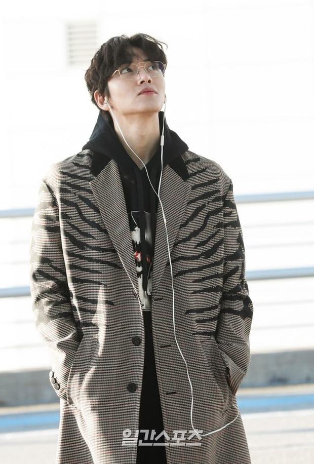 Đối lập sân bay Hàn sáng nay: Ji Chang Wook tưởng đâu đi Fashion Week, Hươu tay xách nách mang sang Việt Nam dự AAA - Ảnh 4.