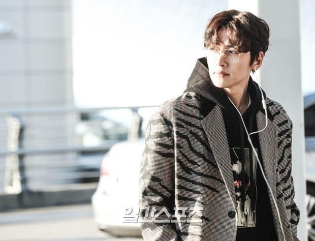 Đối lập sân bay Hàn sáng nay: Ji Chang Wook tưởng đâu đi Fashion Week, Hươu tay xách nách mang sang Việt Nam dự AAA - Ảnh 2.