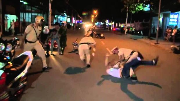 Người đàn ông gây rối trật tự công cộng dùng dao tấn công khiến thượng uý công an bị thương - Ảnh 1.