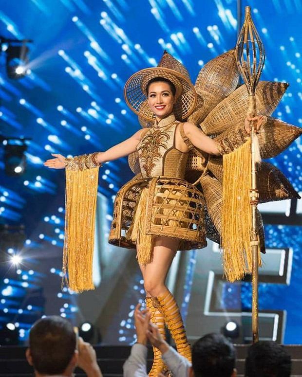 Bánh mì, Nàng Mây, Cà phê phin... Trang phục dân tộc nào ấn tượng nhất khi đi thi Miss Universe? - Ảnh 2.