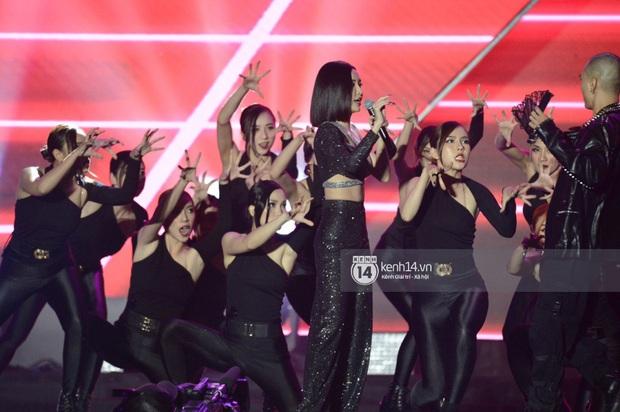 Bích Phương trình diễn... Lets Đu Đưa, vừa hát live vừa nhảy lại có giải mang về, ghi điểm tuyệt đối tại AAA 2019! - Ảnh 4.