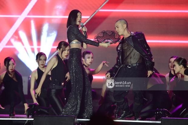Bích Phương trình diễn... Lets Đu Đưa, vừa hát live vừa nhảy lại có giải mang về, ghi điểm tuyệt đối tại AAA 2019! - Ảnh 3.