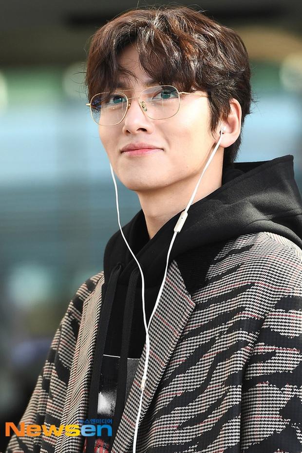 Đối lập sân bay Hàn sáng nay: Ji Chang Wook tưởng đâu đi Fashion Week, Hươu tay xách nách mang sang Việt Nam dự AAA - Ảnh 6.