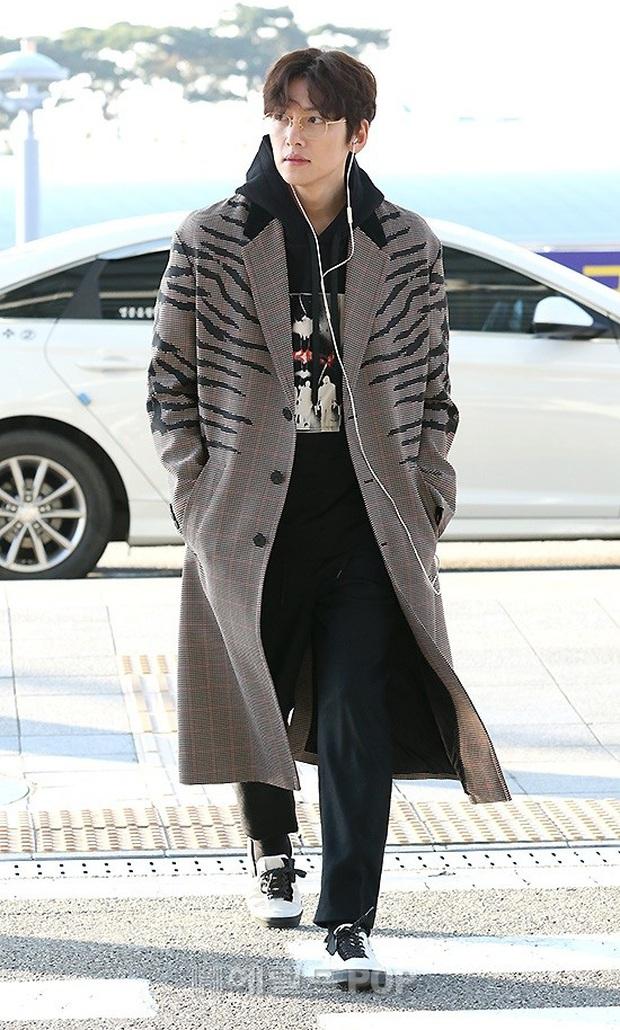 Đối lập sân bay Hàn sáng nay: Ji Chang Wook tưởng đâu đi Fashion Week, Hươu tay xách nách mang sang Việt Nam dự AAA - Ảnh 1.