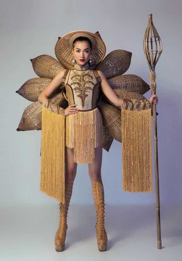 Bánh mì, Nàng Mây, Cà phê phin... Trang phục dân tộc nào ấn tượng nhất khi đi thi Miss Universe? - Ảnh 1.