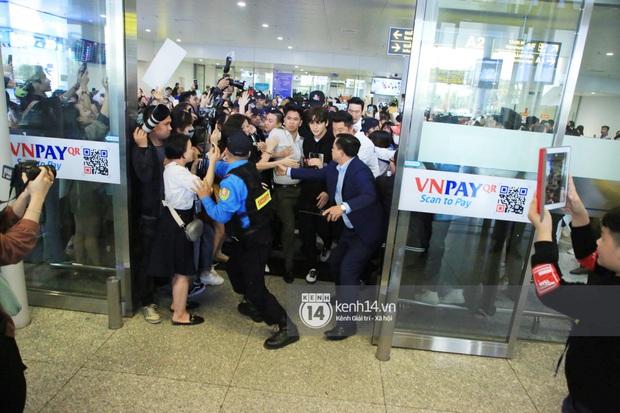 Tài tử Ji Chang Wook đúng là cực phẩm, Hươu Lee Kwang Soo trốn sau lưng chật vật thoát khỏi đám đông nghẹt thở tại Nội Bài - Ảnh 8.