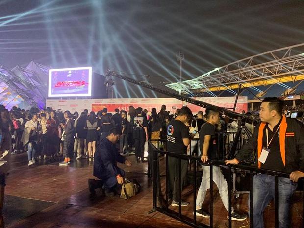 Khán giả bức xúc cực độ với BTC AAA 2019 trước giờ G: bắt fan phải chờ đợi 8 tiếng đồng hồ, quản lí lộn xộn và bất công với cả hạng vé đắt nhất! - Ảnh 2.