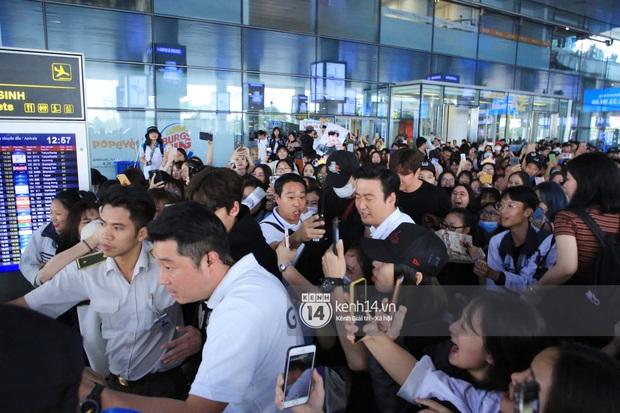 Tài tử Ji Chang Wook đúng là cực phẩm, Hươu Lee Kwang Soo trốn sau lưng chật vật thoát khỏi đám đông nghẹt thở tại Nội Bài - Ảnh 9.
