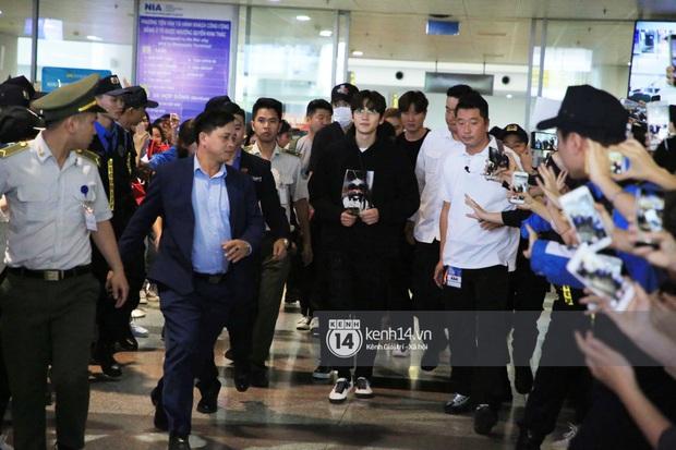 Tài tử Ji Chang Wook đúng là cực phẩm, Hươu Lee Kwang Soo trốn sau lưng chật vật thoát khỏi đám đông nghẹt thở tại Nội Bài - Ảnh 6.