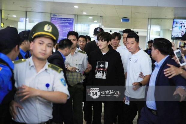 Tài tử Ji Chang Wook đúng là cực phẩm, Hươu Lee Kwang Soo trốn sau lưng chật vật thoát khỏi đám đông nghẹt thở tại Nội Bài - Ảnh 5.