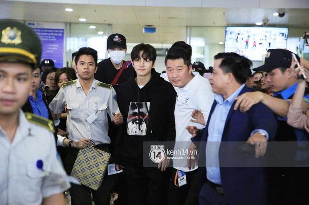 Tài tử Ji Chang Wook đúng là cực phẩm, Hươu Lee Kwang Soo trốn sau lưng chật vật thoát khỏi đám đông nghẹt thở tại Nội Bài - Ảnh 2.