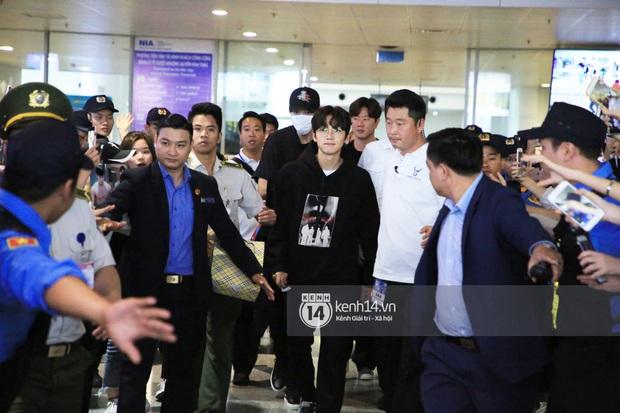 Tài tử Ji Chang Wook đúng là cực phẩm, Hươu Lee Kwang Soo trốn sau lưng chật vật thoát khỏi đám đông nghẹt thở tại Nội Bài - Ảnh 3.