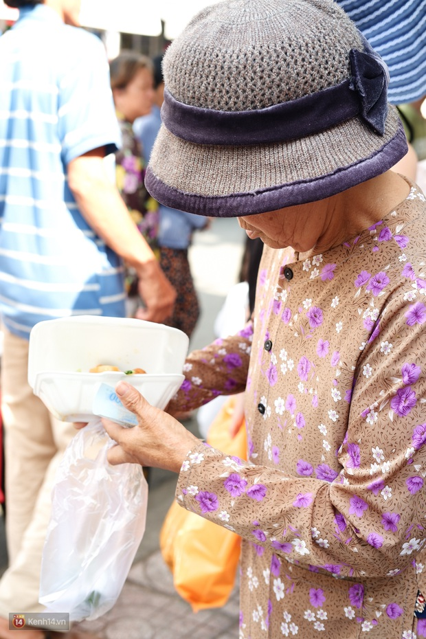 Phía sau cảnh xếp dép giữ chỗ trước BV Ung Bướu Sài Gòn: Gã giang hồ hoàn lương, 6 năm phát cơm miễn phí cho người nghèo - Ảnh 7.