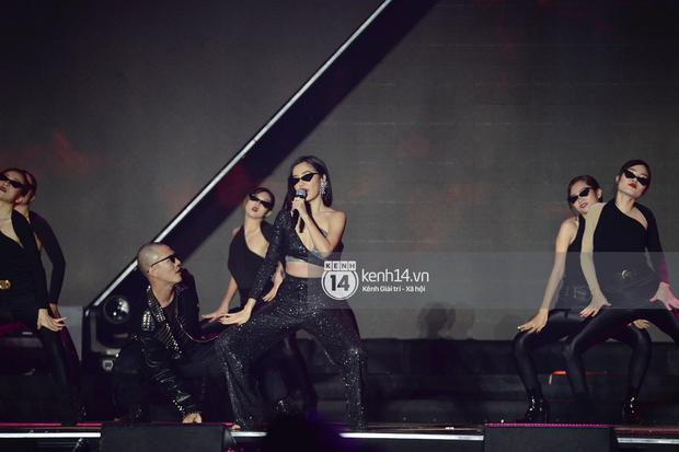 Netizen quốc tế khen ngợi Bích Phương hết lời, truy lùng thông tin đòi làm fan sau sân khấu live Đi Đu Đưa Đi đầy ấn tượng tại AAA 2019 - Ảnh 3.