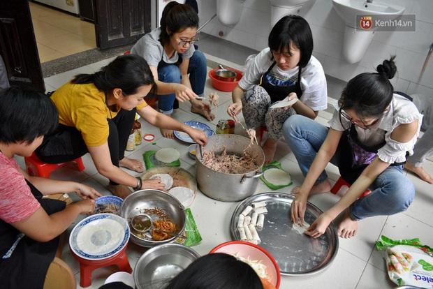 Gặp thầy giáo tiếng Anh đứng sau những bữa ăn miễn phí cho trẻ em nghèo ở Sài Gòn: Làm từ thiện là phải sáng tạo - Ảnh 4.