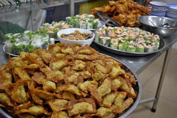 Gặp thầy giáo tiếng Anh đứng sau những bữa ăn miễn phí cho trẻ em nghèo ở Sài Gòn: Làm từ thiện là phải sáng tạo - Ảnh 5.