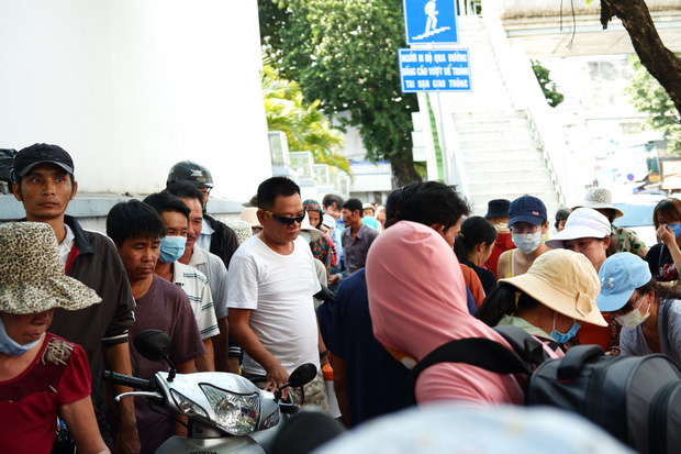 Phía sau cảnh xếp dép giữ chỗ trước BV Ung Bướu Sài Gòn: Gã giang hồ hoàn lương, 6 năm phát cơm miễn phí cho người nghèo - Ảnh 2.