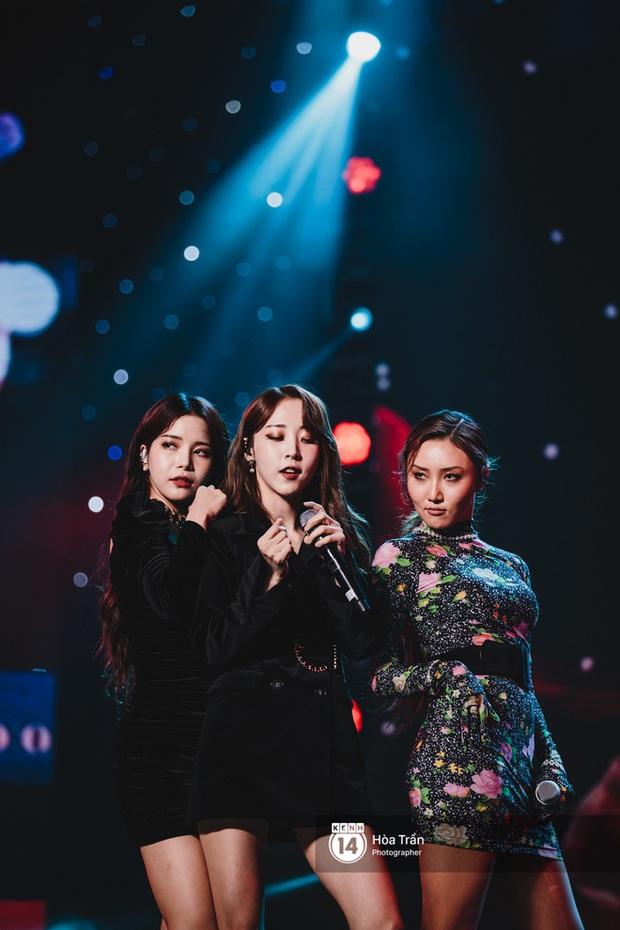Kết thúc AAA 2019 bỗng giật mình: Không ai khác, Bích Phương chính là nghệ sĩ đứng chung sân khấu với nhiều sao Kpop nhất Việt Nam - Ảnh 33.