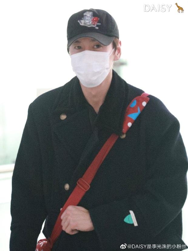 Đối lập sân bay Hàn sáng nay: Ji Chang Wook tưởng đâu đi Fashion Week, Hươu tay xách nách mang sang Việt Nam dự AAA - Ảnh 9.