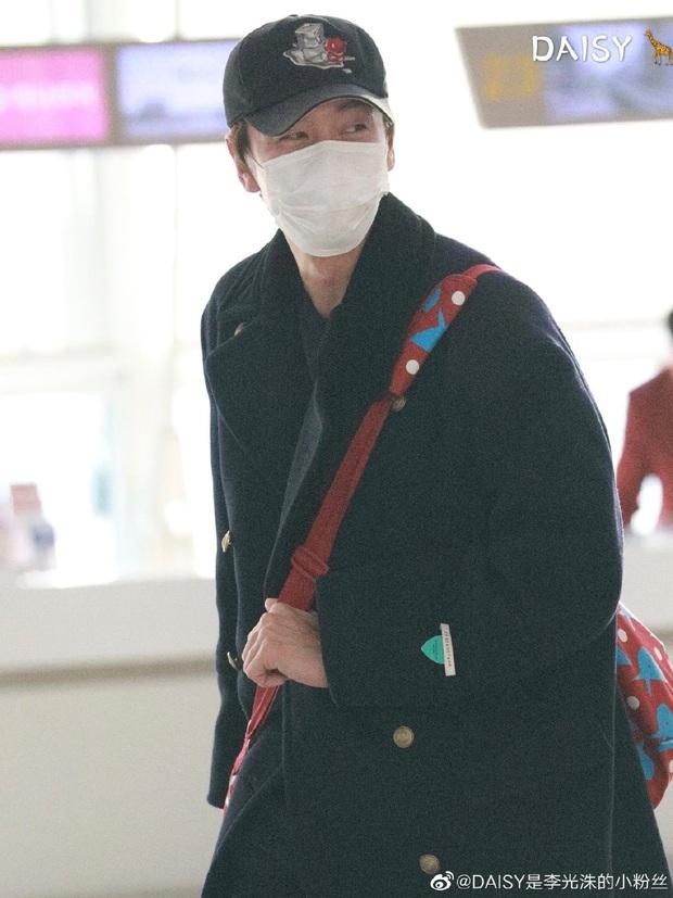 Đối lập sân bay Hàn sáng nay: Ji Chang Wook tưởng đâu đi Fashion Week, Hươu tay xách nách mang sang Việt Nam dự AAA - Ảnh 8.