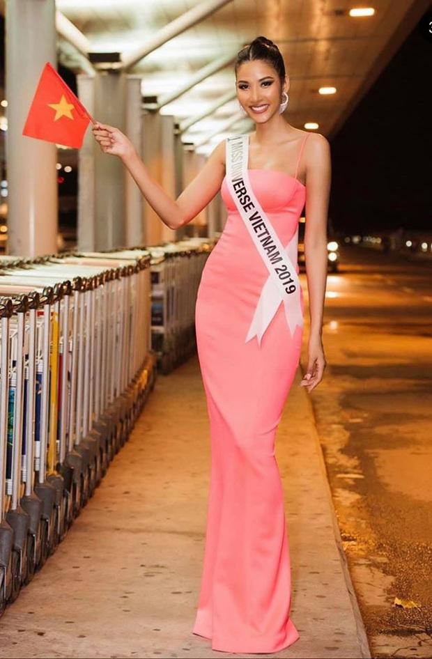 Trước khi chinh chiến Miss Universe, Hoàng Thùy trổ tài Bamboo Walk - kiểu catwalk thửa riêng điêu luyện tại sân bay - Ảnh 1.