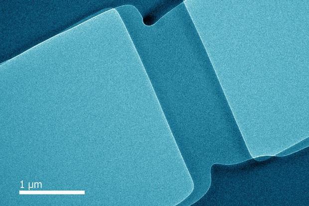 Các nhà khoa học tạo ra thủy tinh dẻo, chỉ có thể uốn cong chứ không thể vỡ - Ảnh 1.