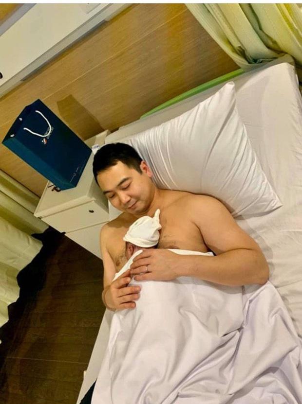Lan Khuê chính thức lộ diện với thần thái rạng rỡ, cùng ông xã John Tuấn Nguyễn và con trai xuất viện sau 3 ngày sinh - Ảnh 2.