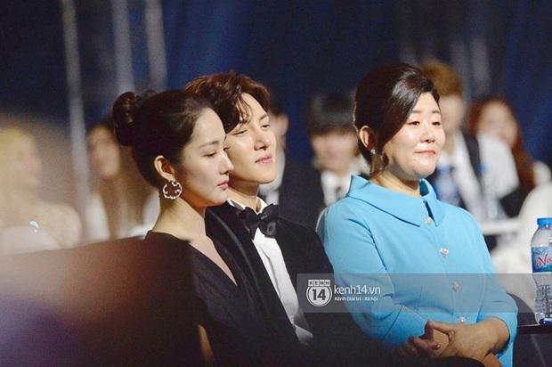 Khoảnh khắc cực phẩm ở hàng ghế nghệ sĩ AAA: Park Min Young - Ji Chang Wook đọ góc nghiêng, Yoona một mình cân cả dàn tài tử và idol - Ảnh 1.
