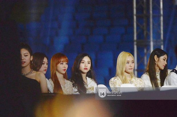 Khoảnh khắc cực phẩm ở hàng ghế nghệ sĩ AAA: Park Min Young - Ji Chang Wook đọ góc nghiêng, Yoona một mình cân cả dàn tài tử và idol - Ảnh 9.